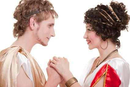 Хотя греческие фамилии фамилии появились не раньше, чем их европейские собратья, в них сквозит особая романтика. Чем отличаются греческие фамилии?