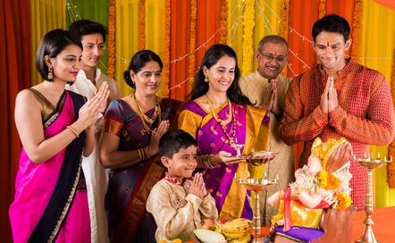 Индийские фамилии трудно систематизаровать, тем более, что многие народности их не имеют вообще. Какие общие черты у индийских фамилий?